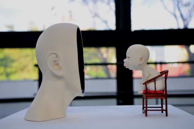 對‧話 Talking to Me 40×20×29 cm 瓷土、1:6模型椅、拉坯丶變形丶手塑及雕刻 Porcelain, 1:6 chair model, throwing, transformation, hand-building and carving 2013