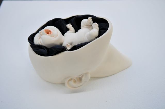 搖籃 Cradle 27×20×15 cm 瓷土、黑布料、拉坯丶變形丶手塑及雕刻 Porcelain, black fabric, throwing, transformation, hand-building and carving  2013