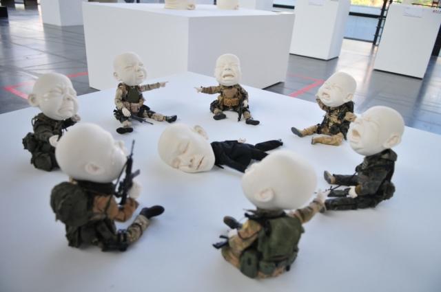 老師之死 Who Did It? 100×100×23 cm 瓷、1:6軍人模型身體及衣服、拉坯丶變形丶手塑及雕刻 2013