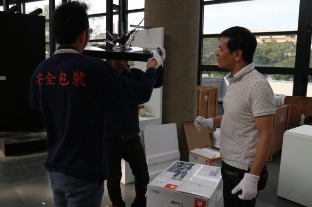 館方安排了三位專業的佈展人員幫忙,工作順利展開。