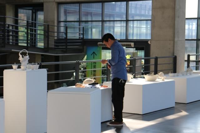 再巡視整個展廳,最後一次調整展品的展示位置。