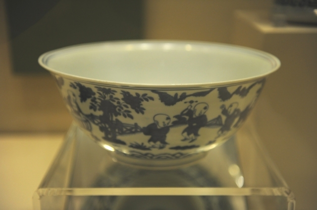 Everything start with this bowl with underglaze blue decoration. There are 20 children playing in the garden.